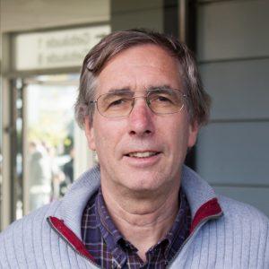 Prof. Dr. Ernst-Günter Schweppe betreut die Schüler in der Summer School